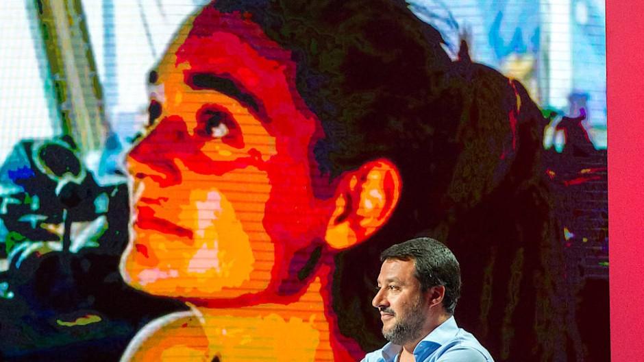Kräftemessen: Matteo Salvini während einer Fernsehsendung vergangenen Donnerstag; im Hintergrund ein Foto der Kapitänin Carola Rackete.