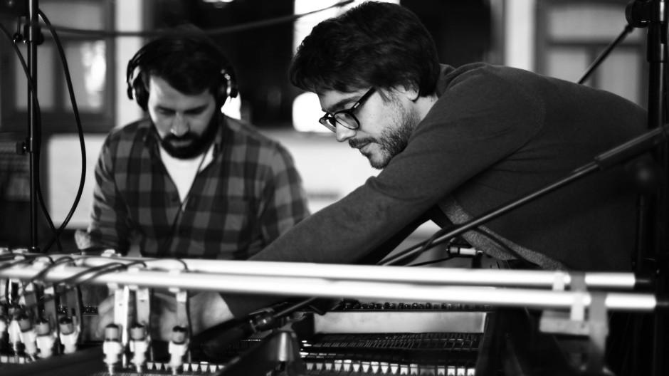 """Bloß nicht zu viel Ehrfurcht vor diesem Instrument: Erol Sarp und Lukas Vogel (rechts) haben sich die sehr eigene Variante eines Hammerklaviers gebaut.  Hörprobe: """"Wuppertal"""""""