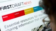 Was tun gegen Fake News? Die Initiativen zum Schutz gegen Falschmeldungen sprießen aus dem Boden, doch ob sie helfen, ist zweifelhaft.