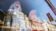 Schaufensterpuppen im Fenster eines türkischen Brautmode-Geschäfts in Wiesbaden