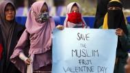 Schützt Muslime vor dem Valentinstag: Schon dieser Tag sorgt in Indonesien für Proteste, weil er nach Ansicht dieser Studentinnen und vieler weiterer gegen die Lehren des Islam verstößt.
