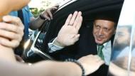 Könnte künftig aus einem einheimischen Auto grüßen: Präsident Erdogan grüßt im Sommer 2016 beim Verlassen seines Amtssitzes in Ankara Anhänger.
