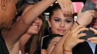 """Heutzutage wollen Fans etwas von ihren Helden haben: Selena Gomez, Cover-Star der """"Bravo"""" Anfang Juli, übt sich in Gelassenheit."""