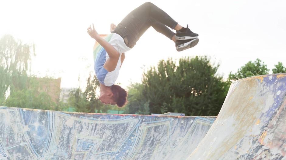 Volles Risiko: Jugendlicher im Skate Park