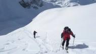 Schritt für Schritt voran - mit Fellen unter den Skiern und der Abfahrt im Kopf