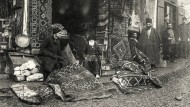 Ende des 19. Jahrhunderts fotografierte Dimitri Jermakow diesen Teppichladen in Majdan, einem Vorort von Tiflis
