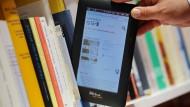 Für John Hennessy sind digitale Lesegeräte unverzichtbar, aber auch gedruckte Bücher braucht er zum Leben