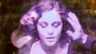 """Guy Maddins grenzenloses Filmuniversum enthält - zusammen mit astronomischen Phänomenen aller Art - auch gewaltige lila Nebel, die unter der Bezeichnung """"Frauengesichter"""" firmieren."""
