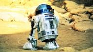 """Wenn die Droiden Trauer tragen: R2D2 in einer """"Star Wars""""-Szene aus dem Jahr 1977"""