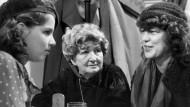 """Die Hauptdarstellerin, die Schriftstellerin und die Produzentin: Desiree Nosbusch, Irmgard Keun und Regina Ziegler bei den Dreharbeiten zu """"Nach Mitternacht"""", 1981."""