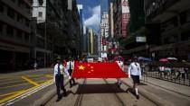 Protest gegen den Protest: Die chinesische Flagge wird durch Hongkongs Straßen getragen.