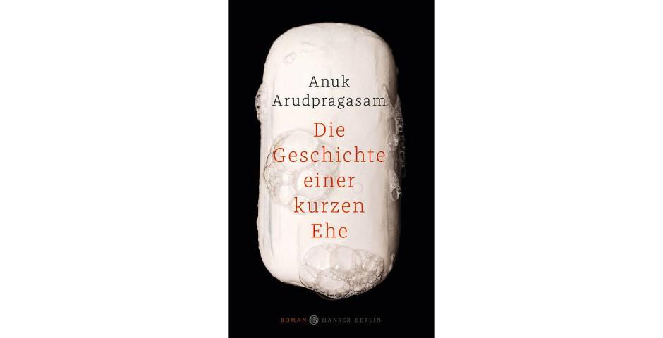"""Anuk Arudpragasam: """"Die Geschichte einer kurzen Ehe"""".  Roman.  Aus dem Englischen von Hannes Meyer. Hanser Berlin Verlag, Berlin 2017. 223 S., geb., 22,– €."""