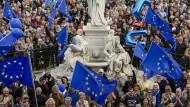 """Und die vier Allegorien geben stumm ihren Segen: Eine Demonstration der proeuropäischen Bewegung """"Pulse of Europe"""" am Berliner Gendarmenmarkt"""