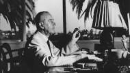 """Unter Palmen: Thomas Mann am Schreibtisch seiner Villa in Kalifornien. Werke wie """"Doktor Faustus"""" und """"Joseph der Ernährer"""" entstanden dort."""