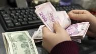 Lira gegen Dollar: Geldzählen in einer Wechselstube in Istanbul