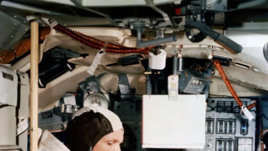 Im permanenten Funkkontakt mit Houston: Neil Amrstrong an Bord der Raumkapsel