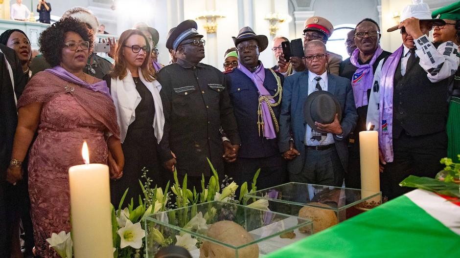 Die namibische Politikerin Katrin Hanse-Himarwa (l.) neben Staatsministerin Müntefering bei einer Trauerfeier vor der Rückführung der sterblichen Überreste von Nama und Herero Ende August in Berlin