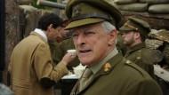 """Der Chefzensor des britischen Militärgeheimdienstes, Charles E. Montague (David Acton), fürchtet das Bedürfnis seiner Landsleute """"die Besiegten zu demütigen""""."""