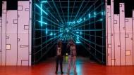 Hier geht's also zur Zukunft: Kongressbesucher vor einem 3D-Tunnel  beim Chaos Communication Congress (CCC) in Hamburg
