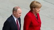 Wohin des Weges? Russlands Präsident Wladimir Putin und die deutsche Bundeskanzlerin Angela Merkel.