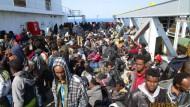 Der Platz ist knapp; die Flüchtlinge drängen sich auf dem Achterdeck.