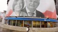 Halb Partei, halb Sekte: Die PiS, Partei der Kaczynski-Brüder. Lech Kaczynski und seine Frau Maria starben am 10. April 2010 bei einem Flugzeugabsturz.