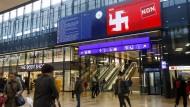 """Krasses Zeichen: Gegner der """"Durchsetzungsinitative"""" warnen mit Hakenkreuzsymbol vor einer Zwei-Klassen-Justiz in der Schweiz."""