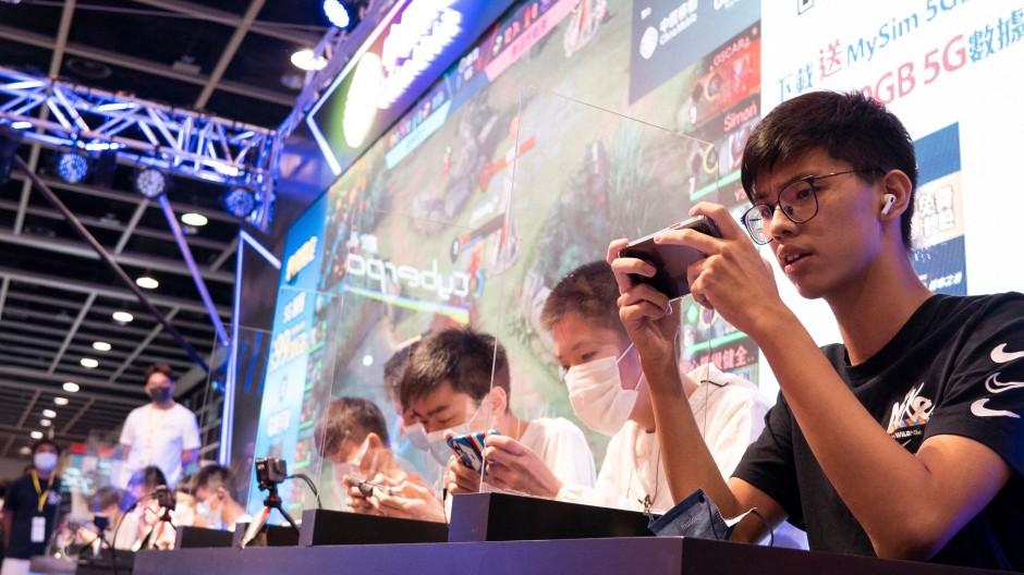 Besucher spielen Videospiele auf einer Messe in Hongkong.