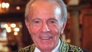 François Jacob (1920 - 2013) im Frack des Académicien.