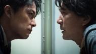 """Die beiden Hauptdarsteller im Film """"Sandome no satsujin"""" von Regisseur Hirokazu Kore-eda sitzen sich gegenüber,"""
