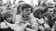 Große Erwartungen: Jugendliche Besucher beim Konzert der schottischen Rockband Big Country in der Radrennbahn von Berlin-Weißensee, 1988
