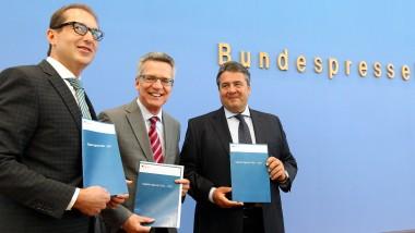 """Drei Minister und vierzig Seiten Papier: Alexander Dobrindt (CSU), Thomas de Maizière (CDU) und Sigmar Gabriel (SPD) stellen die """"Digitale Agenda"""" vor"""