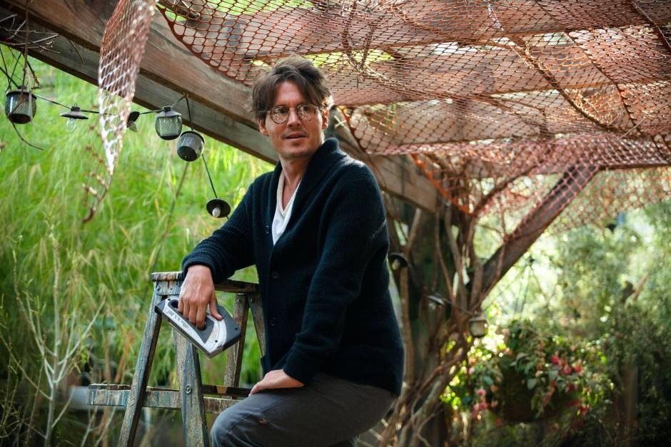 Auf der Suche nach Ruhe: Bevor Will Caster (Johnny Depp) den weltherrschenden Computer baut, bastelt er in seinem Garten an einem Faradayschen Käfig.