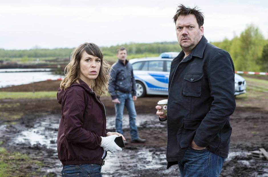 Lassen sich so leicht nicht aus dem Dienst entfernen: Die Kommissare Bukow und König (Charly Hübner und Anneke Kim Sarnau) am Tatort