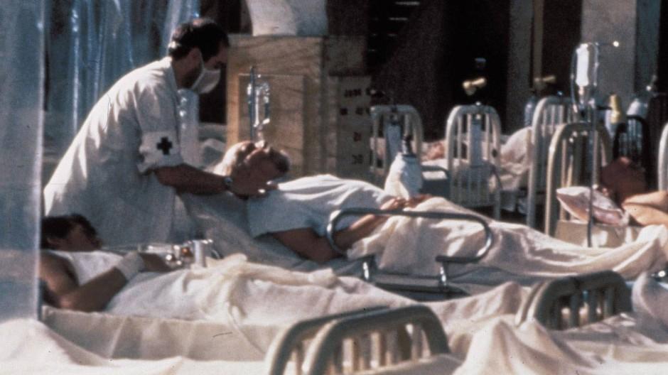 Kampf um jedes einzelne Leben: Szene aus dem Film Die Pest (1992) von Luis Puenzo