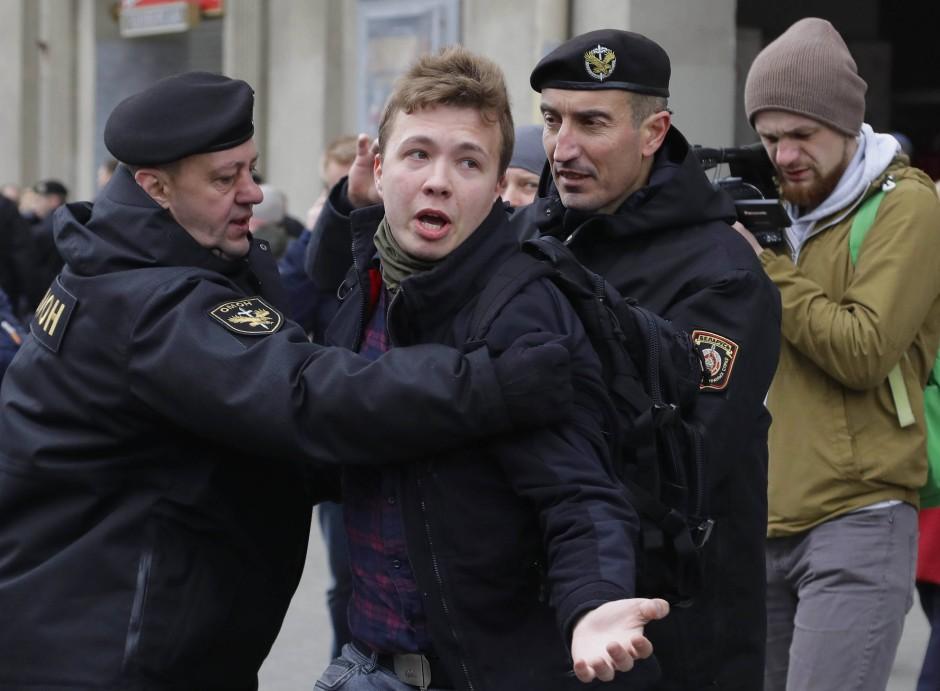 Schiftsteller und Journalisten werden verstärkt verhaftet, wie etwa Roman Protasevich bei einer Demonstration in Minsk.