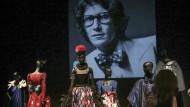 Das ikonische Porträt des Künstlers schwebt über seinen Schöpfungen: Blick in einen Ausstellungsraum des neuen Yves-Saint-Laurent-Museums in Marrakesch