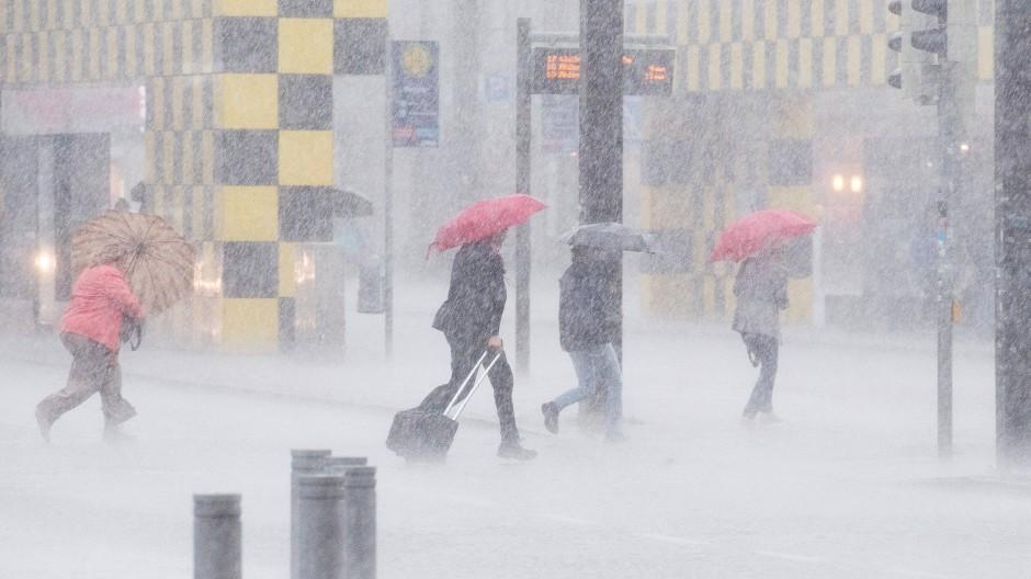 Ein Sommer der Gewitter? Man könnte es auch einfach Klimawandel nennen: Passanten am 1. Juni bei Starkregen in Hannover.
