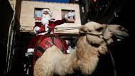 Crossover: Issa Kasissieh reitet kostümiert durch die Altstadt von Jerusalem.