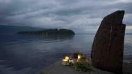 Lichtwache für die Opfer am gegenüberliegenden Ufer der Insel Utøya