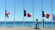Die Fahnen auf Halbmast: Eine Strandpromenade in Nizza