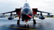 Ein Tornado der Bundeswehr vor dem Start in Richtung Türkei