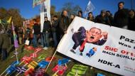 Kurden und Aleviten demonstrieren in Köln gegen Erdogan.