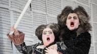 """Drama bietet die Oper reichlich: Tigran Martirossian als Don Bartolo und Katja Pieweck als Marcellina bei einer Fotoprobe zu """"Le Nozze di Figaro"""" in der Hamburger Staatsoper"""