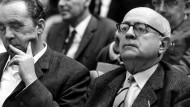 """""""Mit dem Wort des Antizipierens des Schreckens glaube ich nun wirklich etwas sehr Zentrales berührt zu haben"""": Theodor W. Adorno (links daneben: Heinrich Böll) beim Hessischen Rundfunk, 1968."""