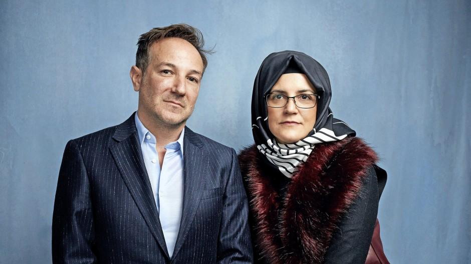 Regisseur Bryan Fogel mit Hatice Cengiz, der Verlobten des ermordeten Jamal Khashoggi.