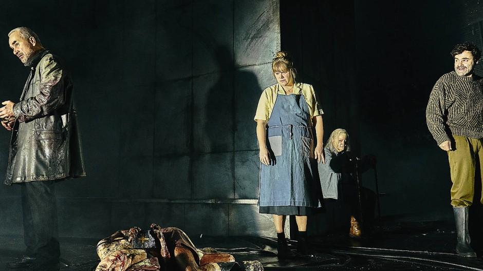 Ein Grauen, wie es nur der Glaubenskrieg anrichten kann: Szene aus Glaube und Heimat von Karl Schönherr in der Regie von Michael Thalheimer