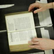 """Zwanzig Millionen Werke sollen schon digitalisiert worden sein, bis zu hundert Millionen sollen es werden: Scan einer alten Bibel für Googles """"Book Search""""-Projekt."""