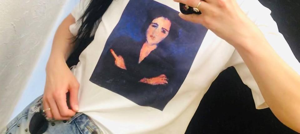 """Dem Gemälde """"Eva"""" von Chaim Soutine hat die Schauspielerin Julia Schewtschuk einen rotlackierten Protestfinger hinzugefügt. Das Bild gehört zu der Kunstsammlung des Präsidentschaftskandidaten Viktor Babariko, die konfisziert wurde."""