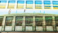 Auf die Fassade des einstigen Börsenvereinsgebäudes hat der Designer Stefan Matlik eine Lichtinstallation projiziert, die auf das geplante Romantikmuseum hinweist.